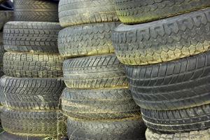 Ein Reifenhändler kann Ihre abgefahrenen Autoreifen entsorgen.