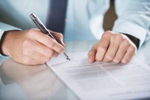 Möchten Sie gegen einen Bußgeldbescheid Einspruch einlegen, kann ein Anwalt hilfreich sein.