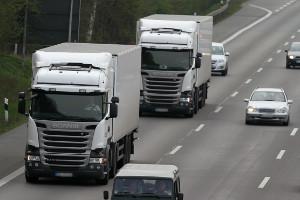 Der Bußgeldkatalog zum Thema Abstand gilt auch für Lkw.