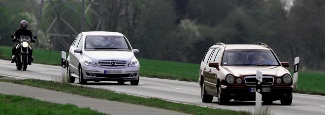 Wie sieht die Fahrerermittlung aus? Blitzerfoto, Autokennzeichen und Fragebögen helfen dabei.