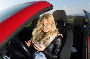 Um nicht geblitzt zu werden, nutzen einige Autofahrer sogenannte Blitzer-Apps.