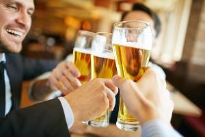 Die Promillegrenze von 0,3 Promille ist bereits ab zwei Gläsern Bier erreicht.