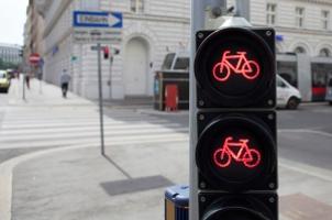 Ein Rotlichtverstoß als Fahrradfahrer wird ebenfalls bestraft.