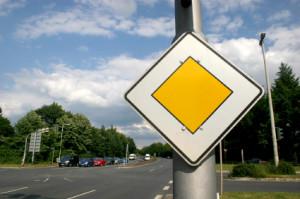 Haben Sie einem anderen Autofahrer die Vorfahrt genommen, wird eine Strafe fällig.