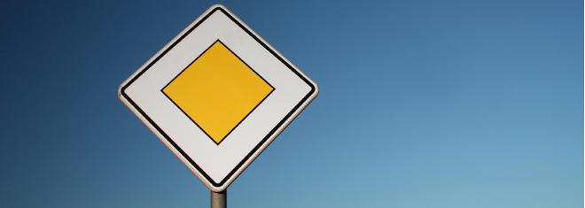 Die Vorfahrtsregeln tragen einen großen Teil zur Sicherheit im Straßenverkehr bei.